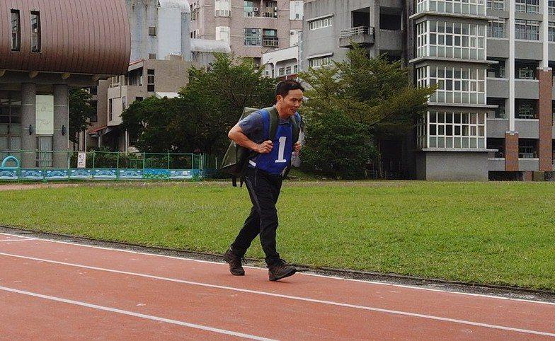 林務局羅東林管處招考森林護管員,規定必須負重20公斤跑1公里,限定9分半之內完成,考驗體能。圖/林管處提供