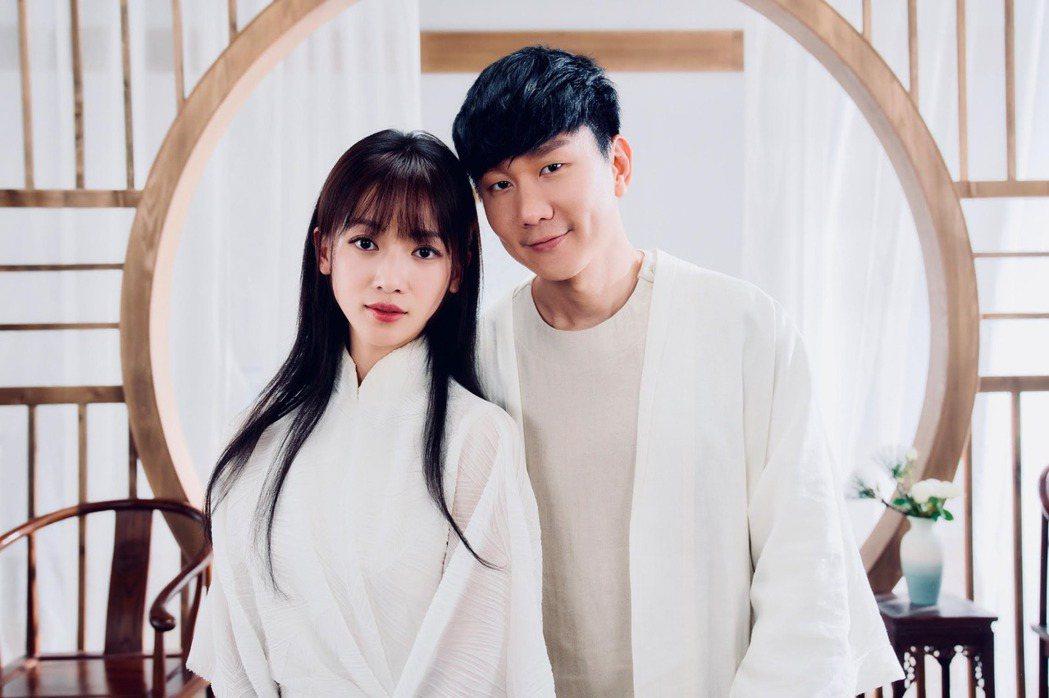 林俊傑(右)新歌MV邀來吳謹言合作。圖/華納提供