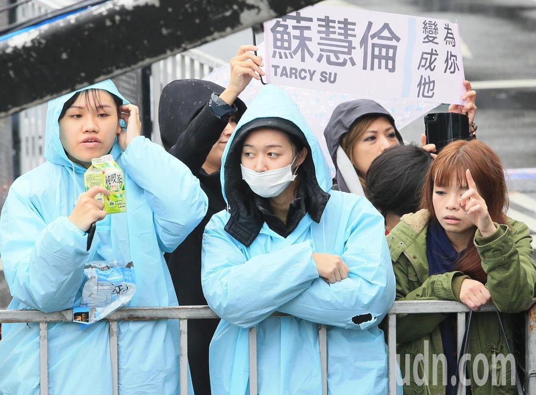 蘇慧倫下午為台北跨年彩排,歌迷雨中熱情相挺。記者潘俊宏/攝影