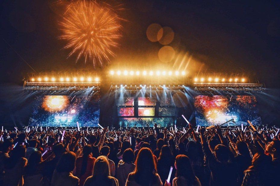 亞太電信近日已將行動基地台進駐五月天擠爆萬人的桃園演唱會,提供民眾最佳的上網體驗。圖/亞太電信提供