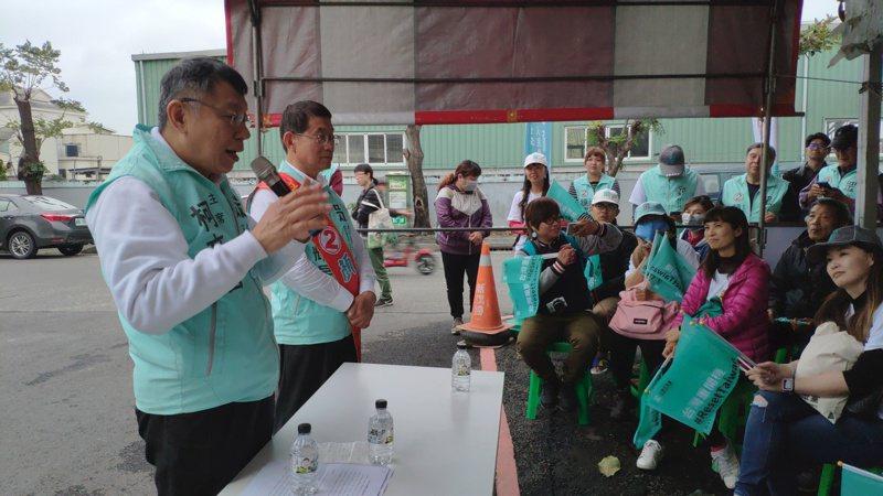 台北市長柯文哲南下鹽水為台灣民眾黨立委候選人顏耀星助選,與台下鄉親互動。記者謝進盛/攝影