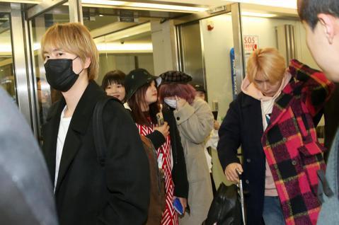 Super Junior-K.R.Y.成員30日晚間搭乘大韓航空公司班機抵達桃園機場,隨機的眾多粉絲搶在偶像下機前先衝下飛機,先佔好空橋最佳位置追星,引起小小的騷動。成員們由環亞貴賓室工作人員引導,...