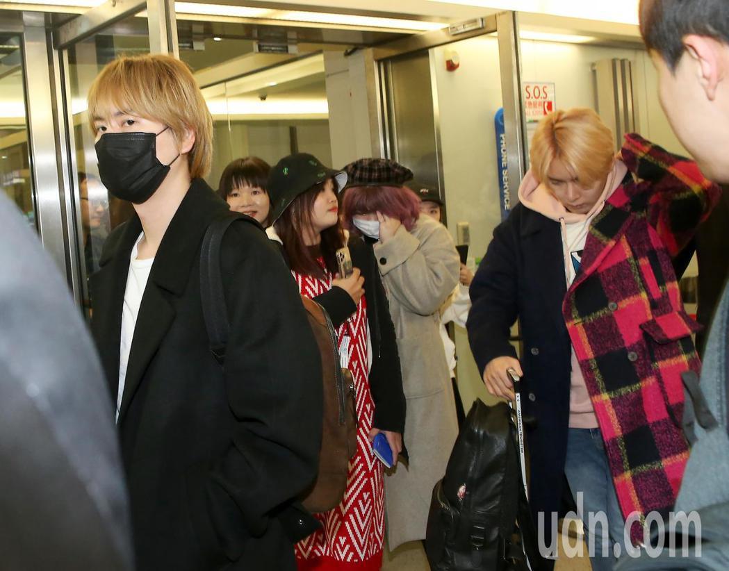 南韓團體Super Junior-K.R.Y. 30日晚間搭機抵達桃園機場。記者...