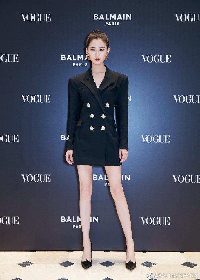 大陸女星陳鈺琪穿軍裝風經典釦飾連身裙。圖/取自IG