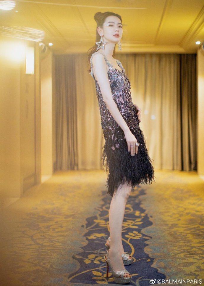 大陸女星戚薇演繹BALMAIN鏤空水晶鑲嵌羽毛裙的性感。圖/取自IG