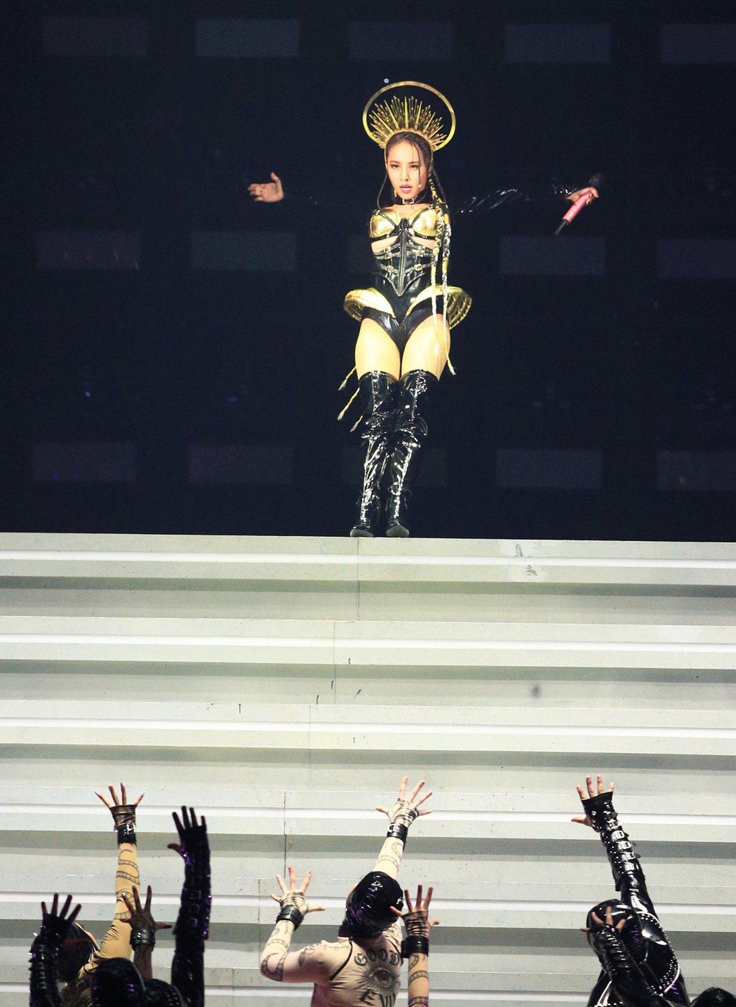 蔡依林無預警地向後倒,消失於舞台上方。記者陳正興/攝影