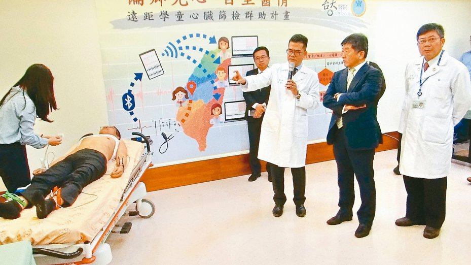 衛福部長陳時中(右)見證遠距科技醫療,如何快速又精確地為學生的心臟遠距把關,避免運動猝死的不幸再發生。 記者蔡維斌/攝影