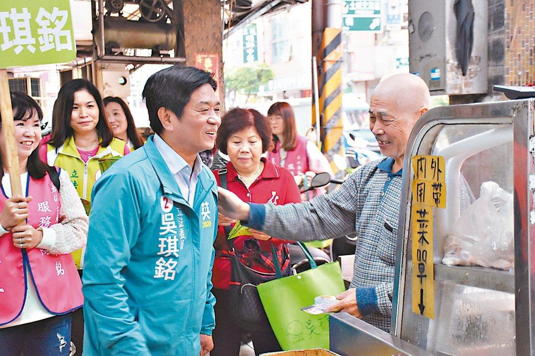 民進黨立委候選人吳琪銘(中)昨在里長陪同下徒步掃街拜票。 圖/吳琪銘團隊提供
