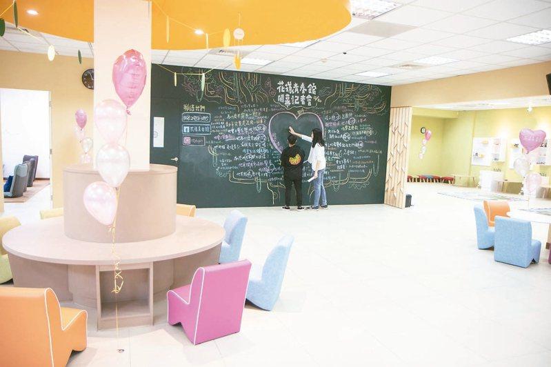 新北社會局在三重成立第5家「花漾青春館」,館中設有情感教育區、會談諮商區。 記者王敏旭/攝影