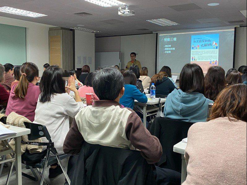 台北市社會局元旦起採用社工薪資新制,明訂樓地板不得低於34916元,已在12月辦理2場社工人員說明會。 圖/聯合報系資料照片