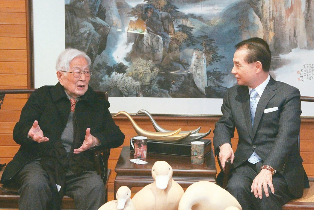 皇冠集團創辦人平鑫濤(左)。 圖/聯合報系資料照片