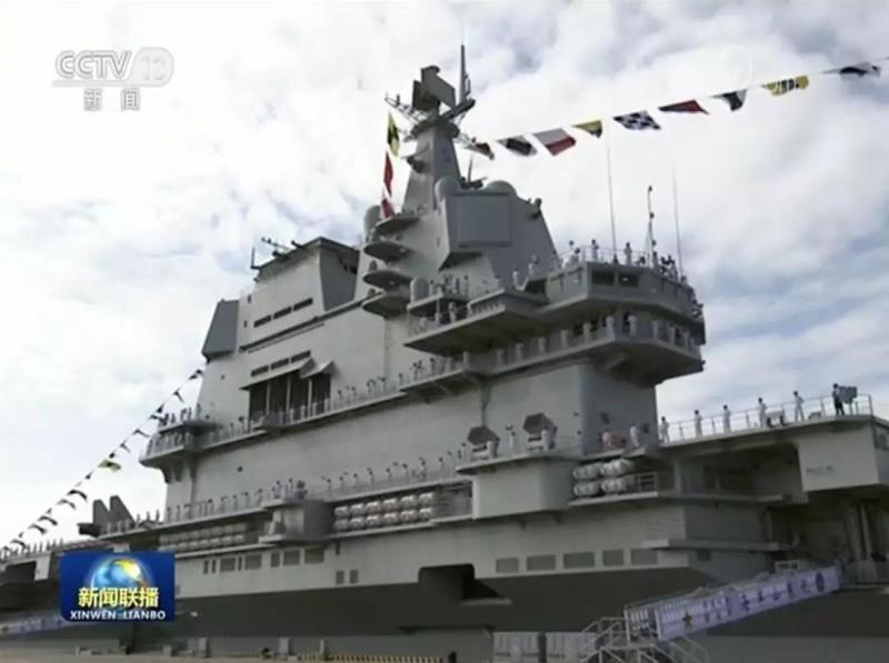 山東艦的艦島,駕駛台改為雙層,上方的雷達天線為平板型。 圖/引自央視畫面