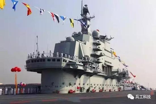 遼寧艦的艦島,駕駛台為單層,上方的雷達天線表面弧狀突出。 圖/引自網路