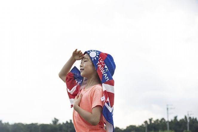 搭上選舉潮,國旗毛巾、國旗手帕巾及國旗披風等成為熱銷商品。 圖/興隆毛巾廠提供