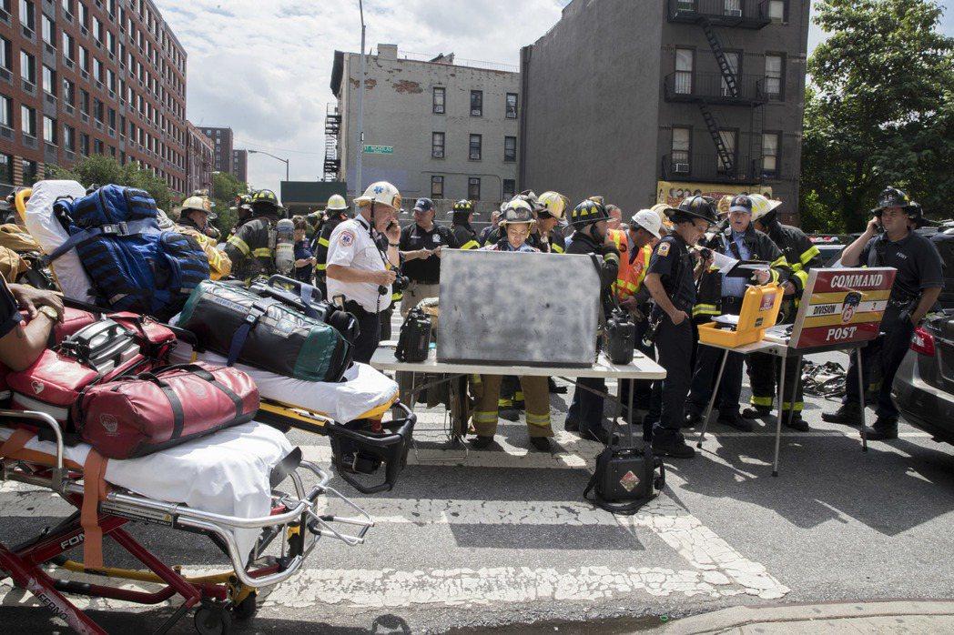 圖為哈林脫軌事故發生後,警消送受傷乘客就醫並進行疏散乘客的畫面。 (美聯社)
