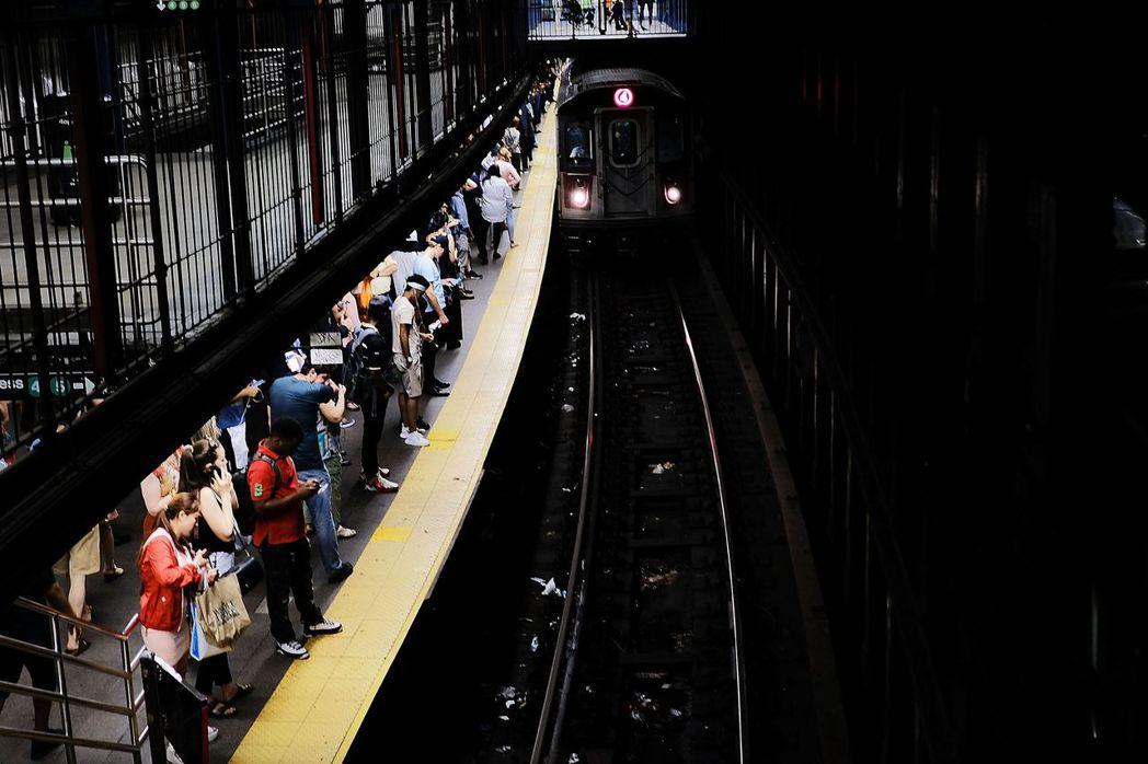 紐約地鐵軌道內隨處可見各種大大小小的垃圾。 (法新社)