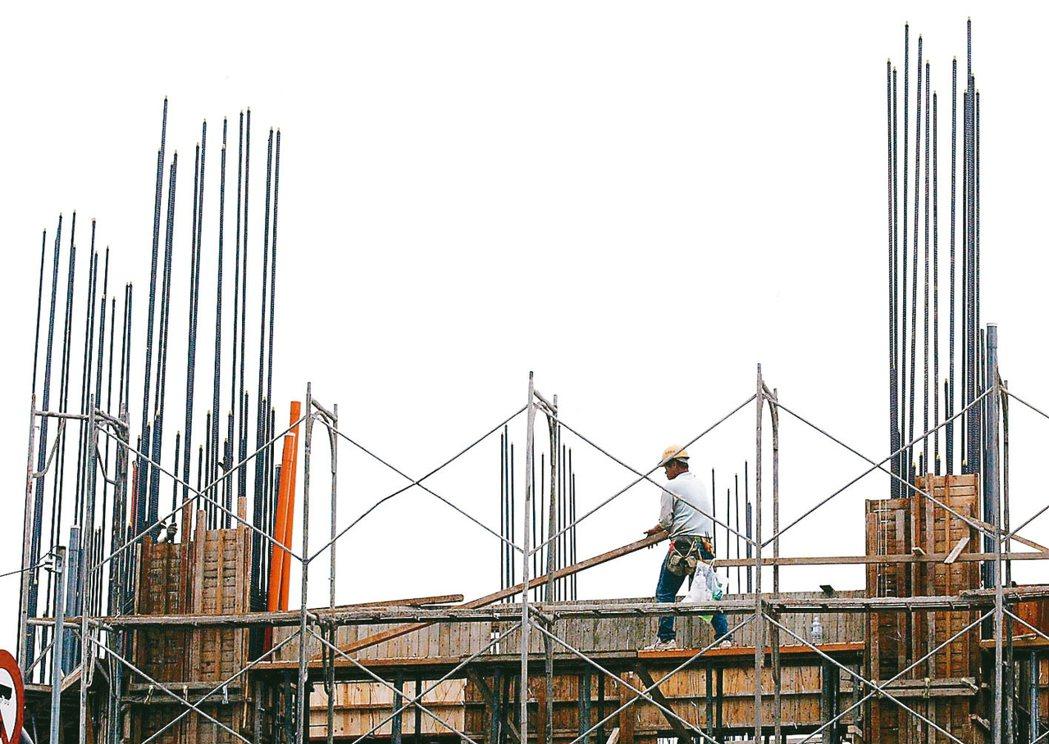 主計總處公布「事業人力僱用狀況調查」,營建工程業的空缺數年增2,000個,增幅最...