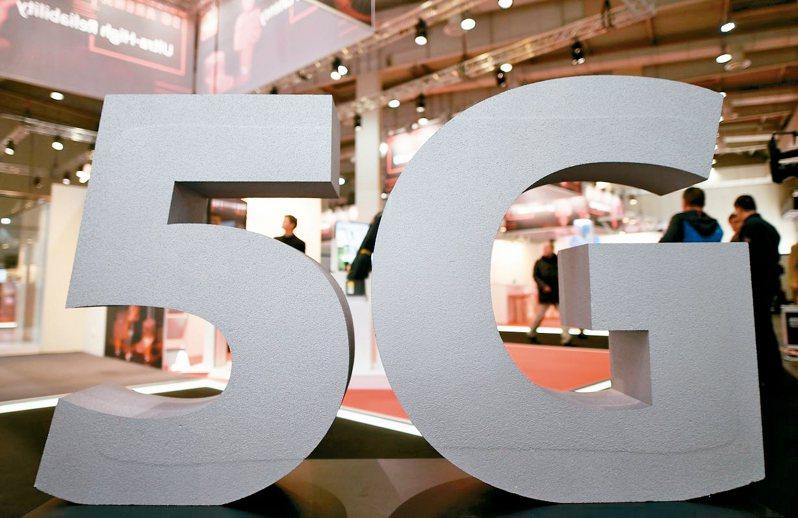 5G頻譜競標昨(30)日暫時總得標金逼近800億元大關,即使國家通訊傳播委員會(NCC)連續多日呼籲「冷靜、理性」,行政院也表示,考慮提前釋出第二次5G頻譜,為競標「降溫」,但五家業者搶頻譜的狀況還是「煞不住」,各家仍持續積極出價。 路透