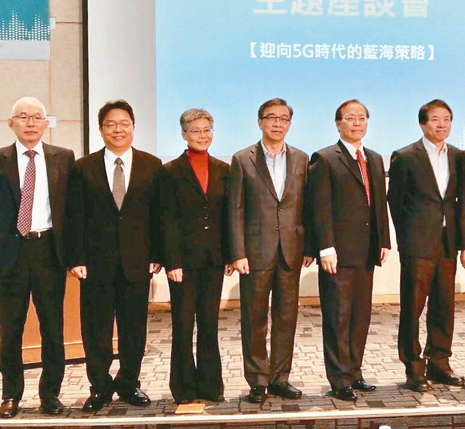 圖為亞太電信總經理黃南仁(左起)、台灣之星總經理賴弦五、遠傳總經理李彬、台灣大總經理鄭俊卿、中華電信總經理謝繼茂去年對5G釋出看法現場。/記者黃晶琳攝影