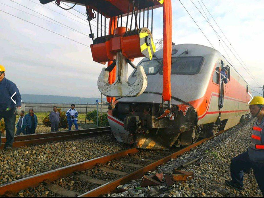 今天(31日)中午自強號撞及一台堆高機,台鐵表示事故路段傍晚6時19分已搶通,共影響55列次、約1萬6730名旅客。圖/台鐵提供