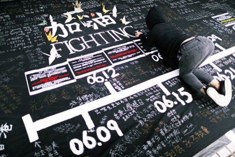 不覺中香港反送中抗爭運動,已來到第七個月。不論數量或能號召上街的人數皆減少,抗爭...