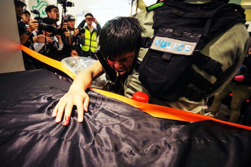 截至12月中,警方已拘捕6,000多人,超過截至9月全港已定罪在監獄服刑的5,7...