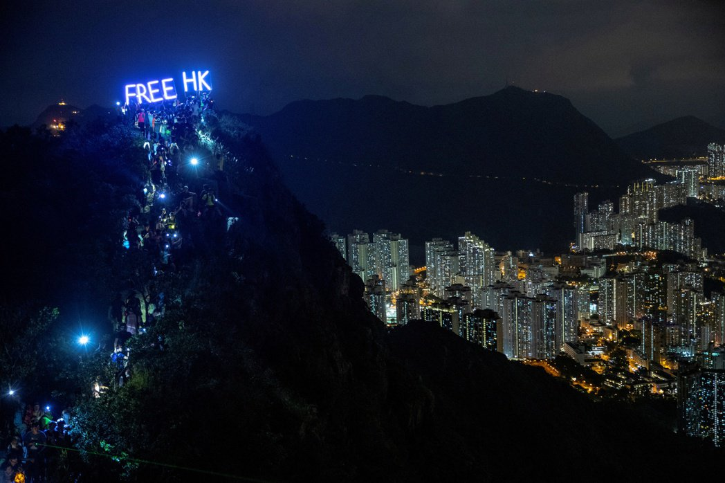 半年以來,香港人嘗試了包括連署、遊說、遊行、集會、唱歌、人鏈、佔領、對峙等方式爭...