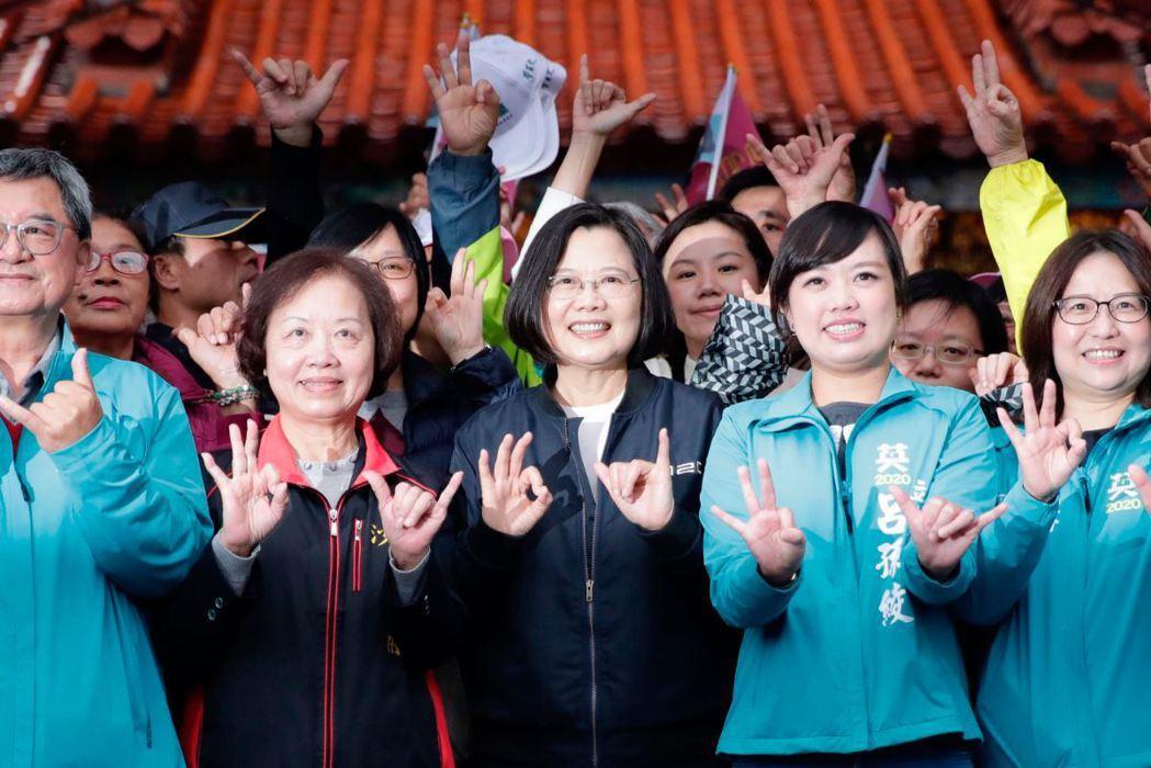 從韓國瑜進中聯辦開始,再到不分區名單出現退將吳斯懷,操作中國牌簡單有力。 圖/歐新社
