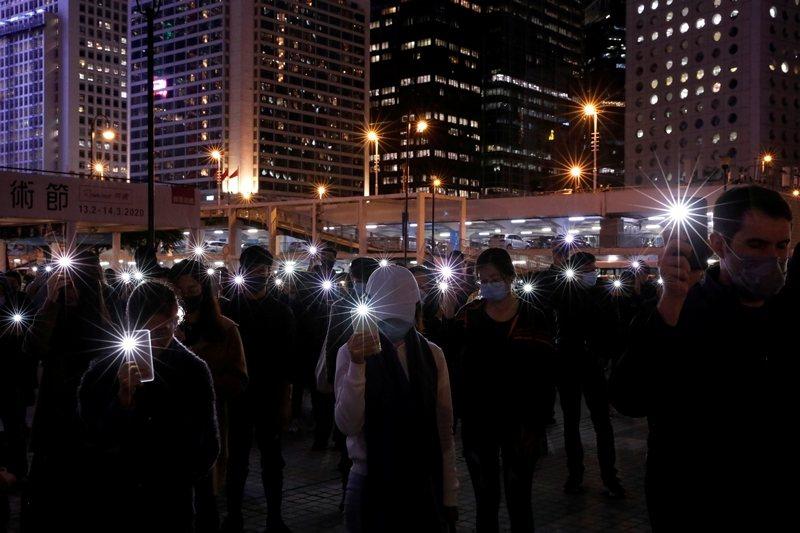 民眾於香港愛丁堡廣場追悼反送中手足,攝於12月30日,香港。 圖/路透社