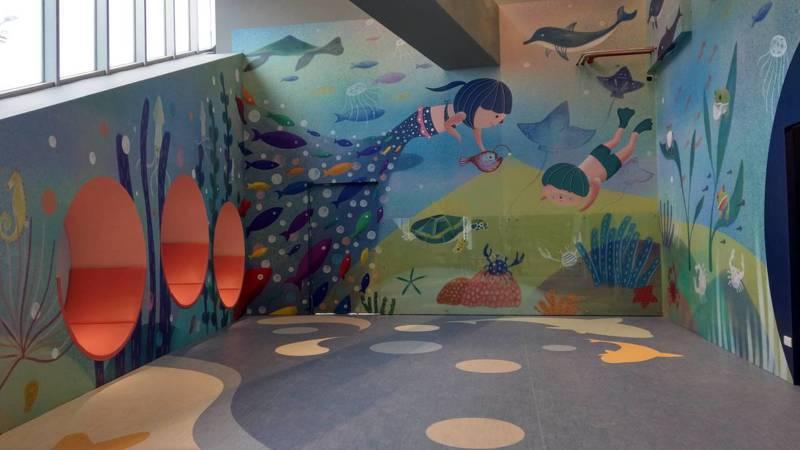 國5蘇澳服務區開幕啟用第一天,服務區引以為傲的特色設施「五星級漂書站」,竟被發現陳列兒童不宜的18禁漫畫書。記者戴永華/攝影