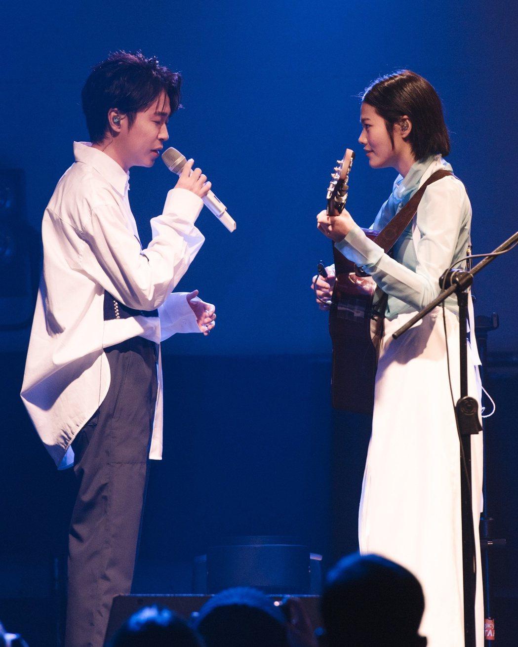 柯泯薰(右)當眾對吳青峰示愛。圖/洗耳恭聽提供