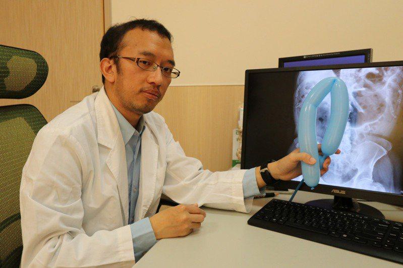 亞洲大學附屬醫院大腸直腸外科醫師林敬淳指出,腸扭轉雖然發生率不高,但若在家硬撐,輕忽症狀延誤治療,都可能因腸壁壞死導致腸穿孔,引發嚴重腹膜炎而危及性命。圖/亞洲大學附屬醫院提供