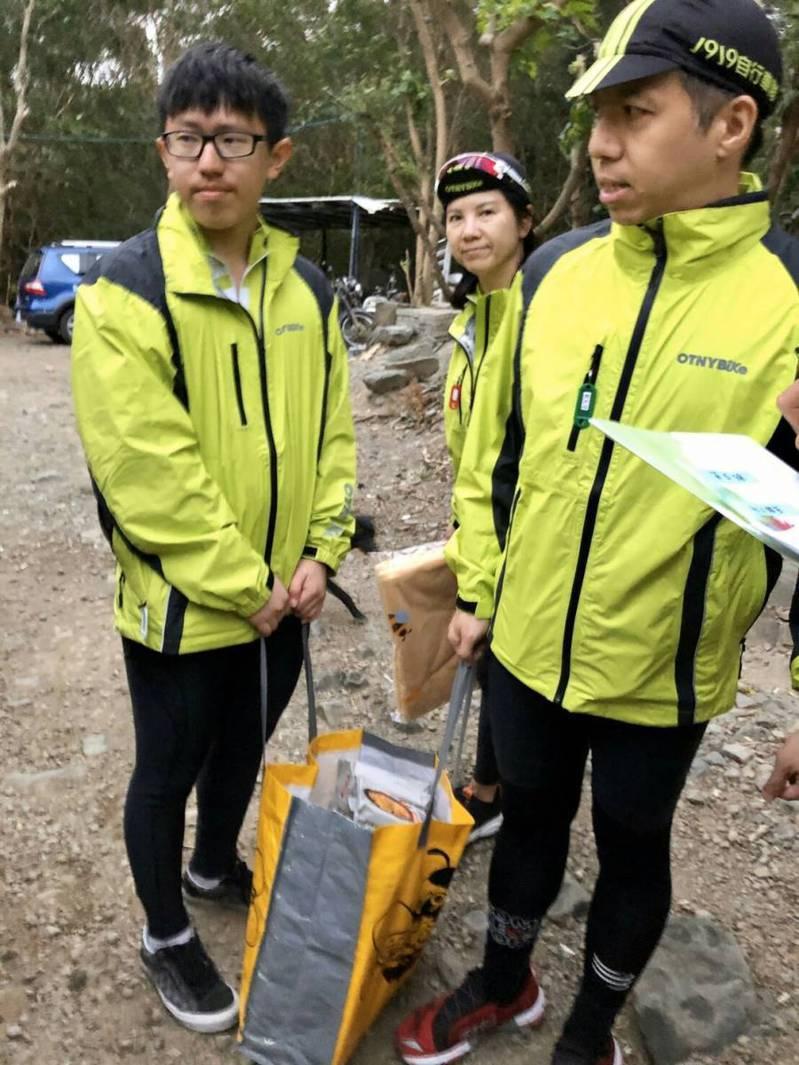 康和證券集團董事長鄭大宇(右一)與車隊隊員分送物資至急難家庭 (圖/康和證券)