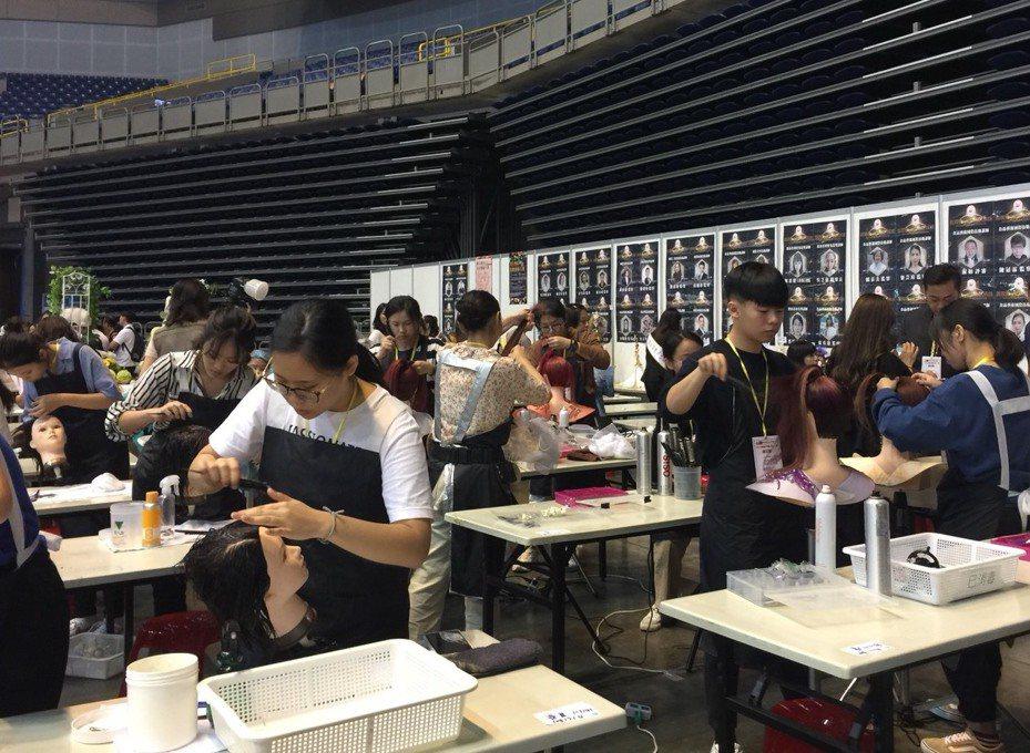 樹德家商美容科學生在「2019年國際婚禮文化創意藝術大賽」展現身手。圖/樹德家商提供