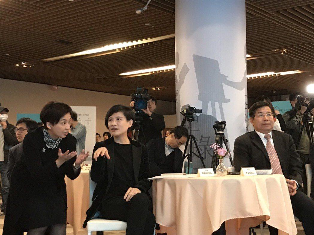 教育部和文化部舉辦公共出借權記者會,文化部長鄭麗君和教育部長潘文忠出席。記者潘乃...