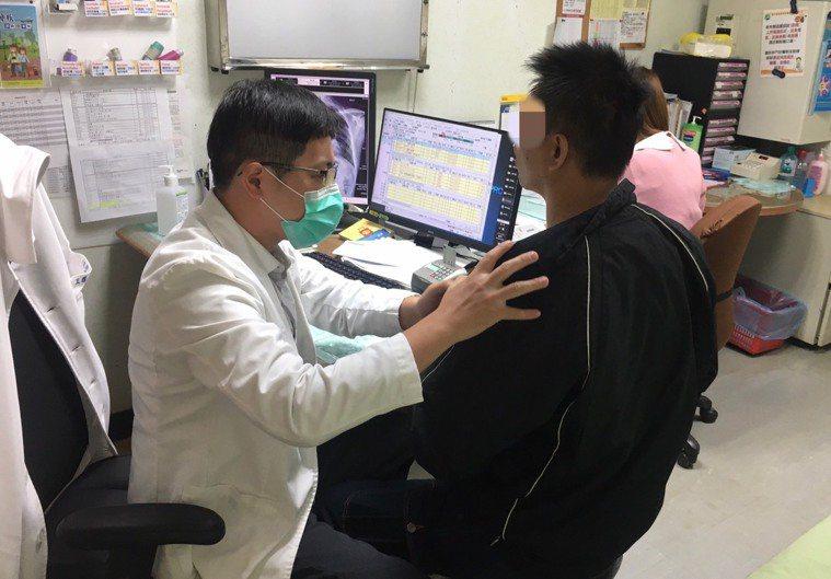 南投醫院醫師王耀麟提醒民眾施打流感疫苗,提升免疫力,以免罹患急性呼吸窘迫症候群。...