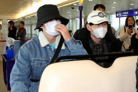 南韓團體Super Junior D&E成員,31日中午11時搭乘大韓航空公司班機抵達桃園機場,下機後坐上環宇商務中心電動車,經由商務禮遇程序通關入境。Super Junior D&...