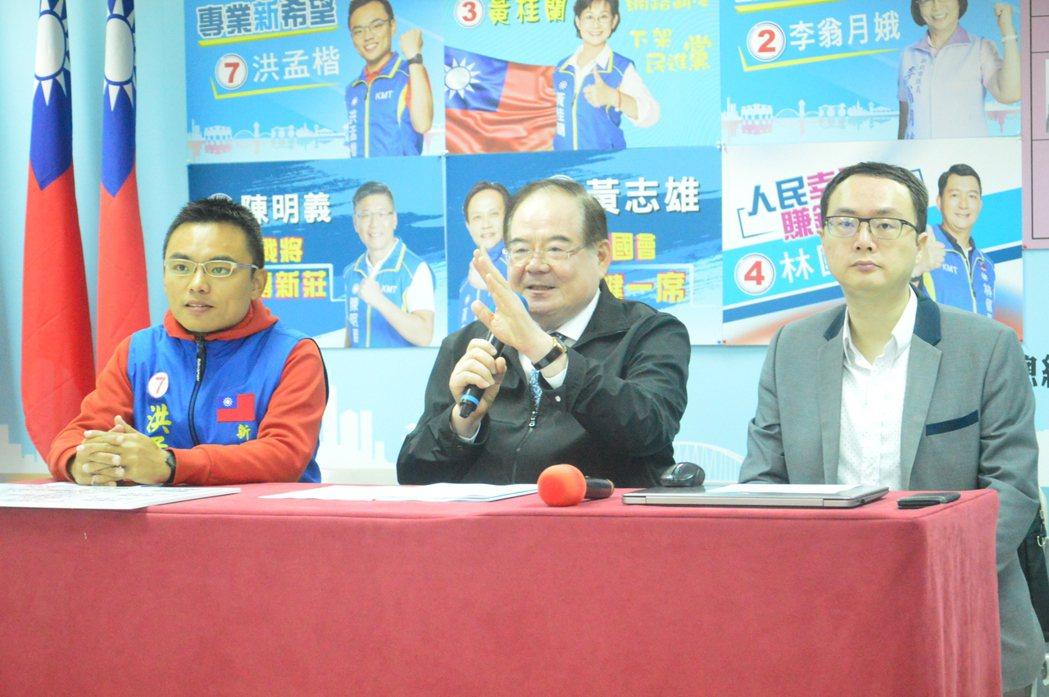 國民新北市黨部主委李乾龍(中)評估立委選情「坐6望7搶8」。記者施鴻基/攝影