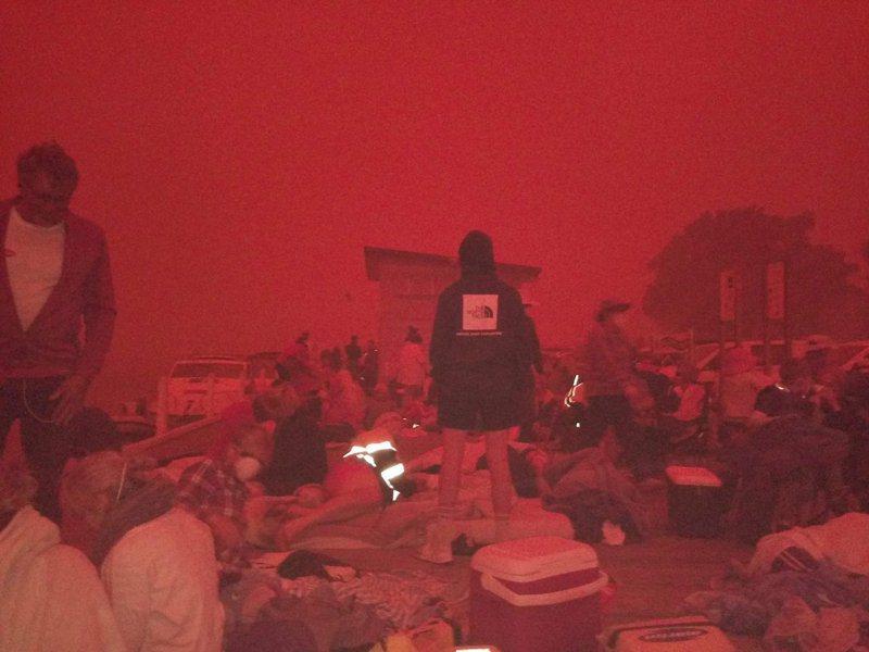 「野火前線就在不遠處」,澳洲馬拉庫塔推特用戶分享照片,顯示當地31日上午10時半,天空因野火染成血紅色。Twitter/@bluesfestblues