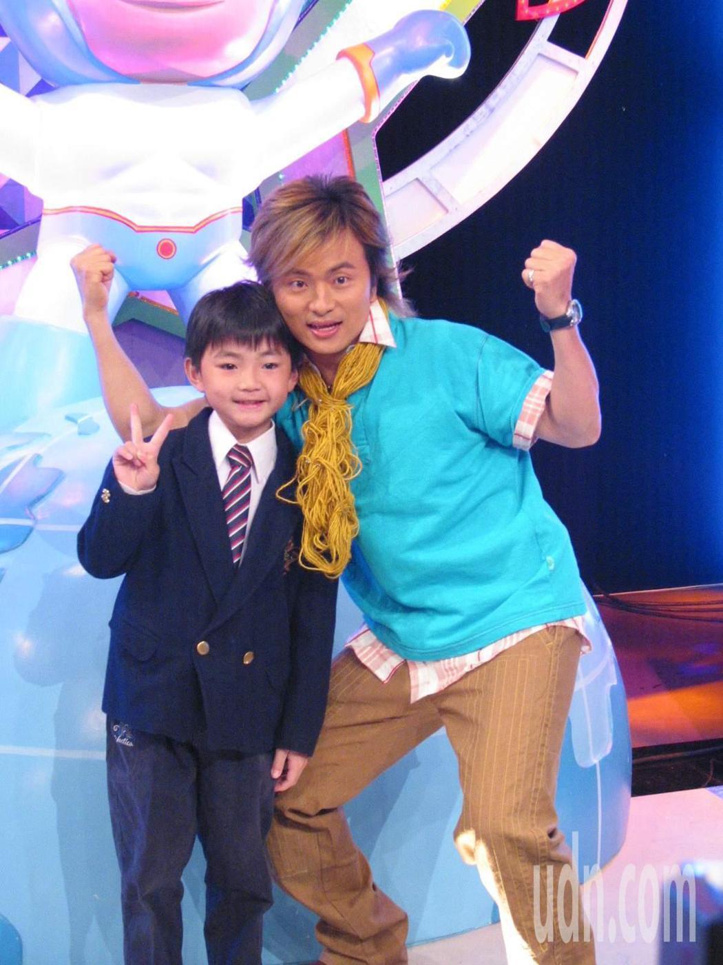 圖為2004年王欣逸(左)參與電視節目與藝人唐從聖合影。本報資料照片
