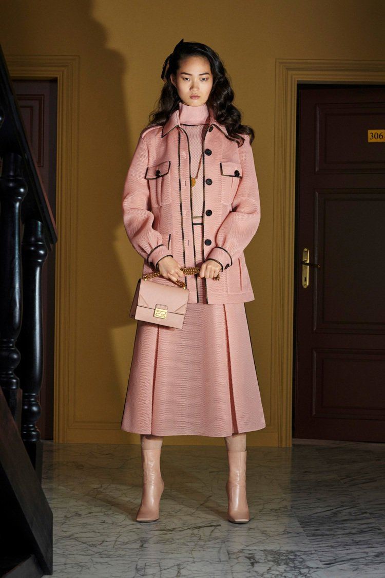 透氣鏤空網眼布和粉紅色的運用,讓線條剛毅俐落的早春女裝展現輕盈柔美。圖/FEND...