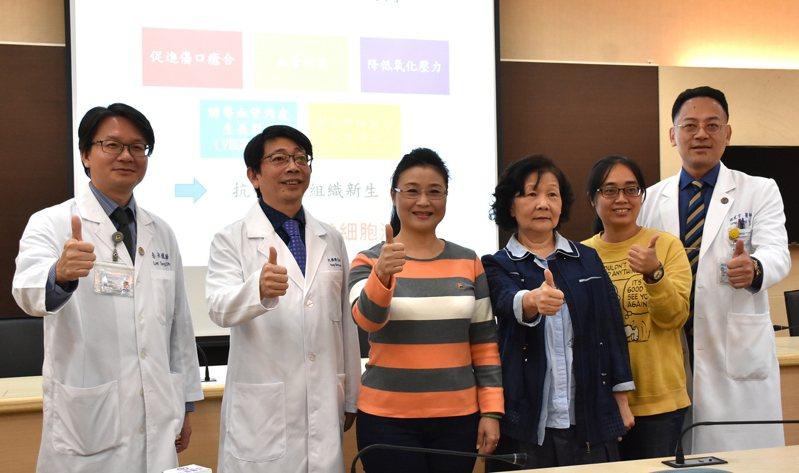 小港醫院泌尿科主任李永進(左一)、大同醫院泌尿科主任阮雍順(左二)、小港醫院龍震宇副院長(右一),和3名接受低能量震波治療獲得改善的患者。記者徐如宜/攝影