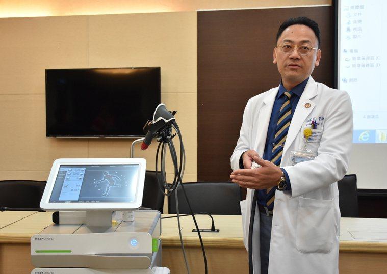 小港醫院龍震宇副院長介紹低能量震波方法,提供患者治療新選擇。記者徐如宜/攝影