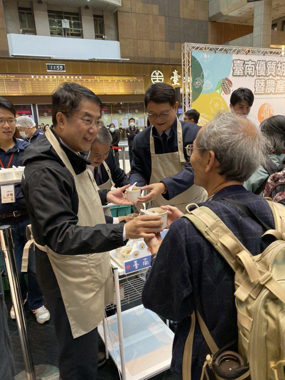 台南市長黃偉哲發放麻油雞湯給來往旅客。圖/台南市政府農業局提供
