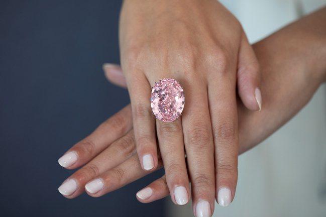 2017年4月,一枚59.60克拉粉紅鑽石「粉紅之星」以台幣約22億元成交,也讓...