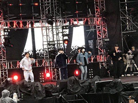 Super Junior D&E今天抵台,下午冒雨為台北市跨年演唱會彩排。他們一上台,東海就用中文問候底下粉絲:「大家冷嗎?我們也冷。」雖然一開始他們外套包緊緊,但一唱跳之後就熱起來,陸續脫...