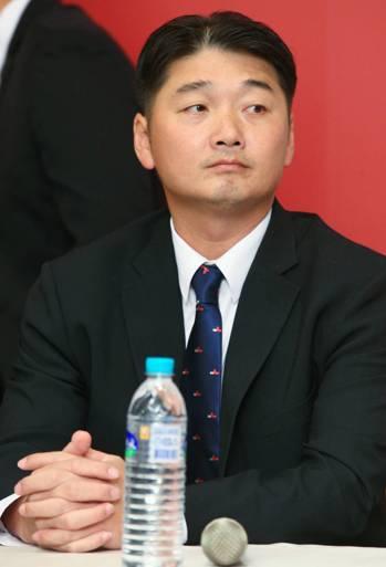 猿隊新任總教練曾豪駒亮相,希望明年帶領球隊創下好成績。記者陳正興/攝影