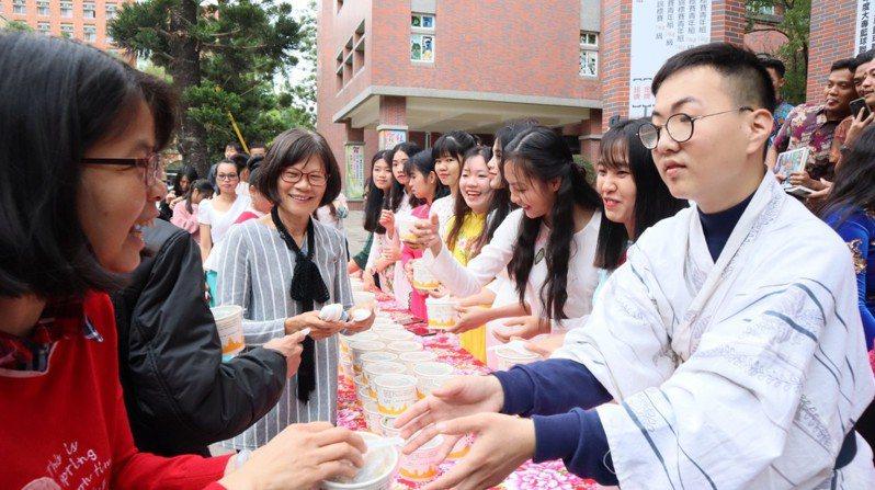 高苑科大校園舉辦活動,轉贈佛光山準備的臘八粥給校內學生享用。圖/高苑科大提供