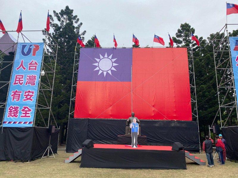 國民黨台南市黨部元旦在台南公園舉辦升旗典禮,國父孫中山塑像移到現場,要發揚民有、民治、民享的民主精神。圖 /國民黨台南市黨部提供