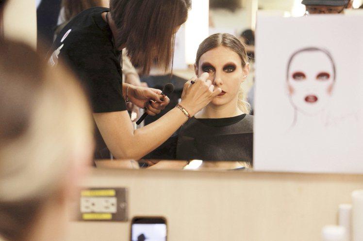 雅詩蘭黛為Jolin演唱會的舞者,設計妝容。圖/雅詩蘭黛提供